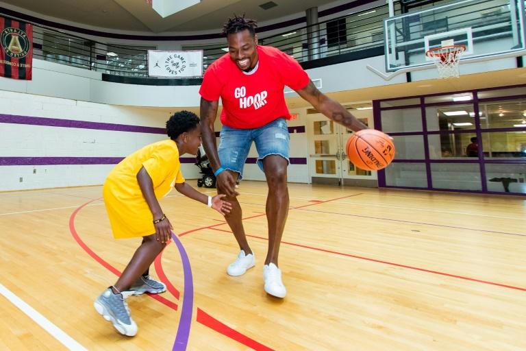 Dwight Howard joue avec un enfant, le 23 juin 2019 à Atlanta