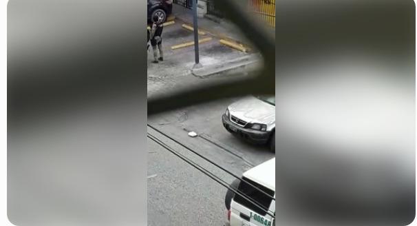 Capture d'écran à partir d'une vidéo amateur réalisée lors de l'opération policière