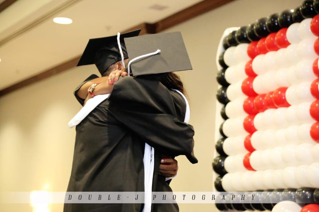 Darlin Darius et sa copine Sherley Leveillé Sony, en pleine cérémonie de graduation / Photo: Double J Photography