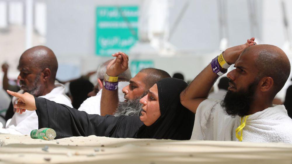 Des fidèles musulmans lancent des cailloux sur la stèle symbolisant Satan à Mina près de la ville sainte de La Mecque en Arabie saoudite, le 11 août 2019