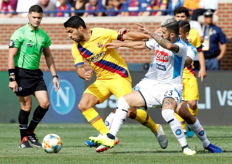 L'attaquant barcelonais Luis Suarez (c) aux prises avec le défenseur napolitaine Elseid Hysaj lors d'un match amical, le 10 août 2019 à Ann Arbor (Etats-Unis)
