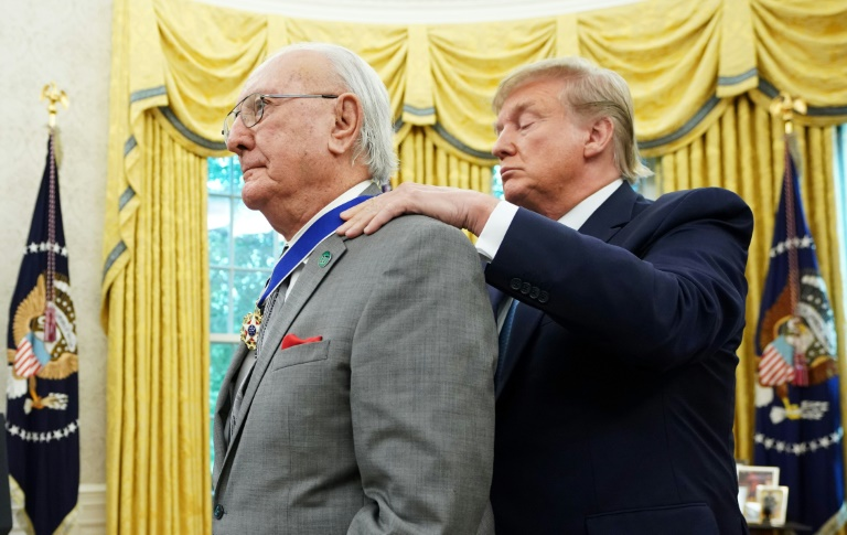 """Donald Trump décore de la """"médaille de la liberté"""" Bob Cousy, légende du basket, le 22 août 2019 à la Maison Blanche, à Washington"""