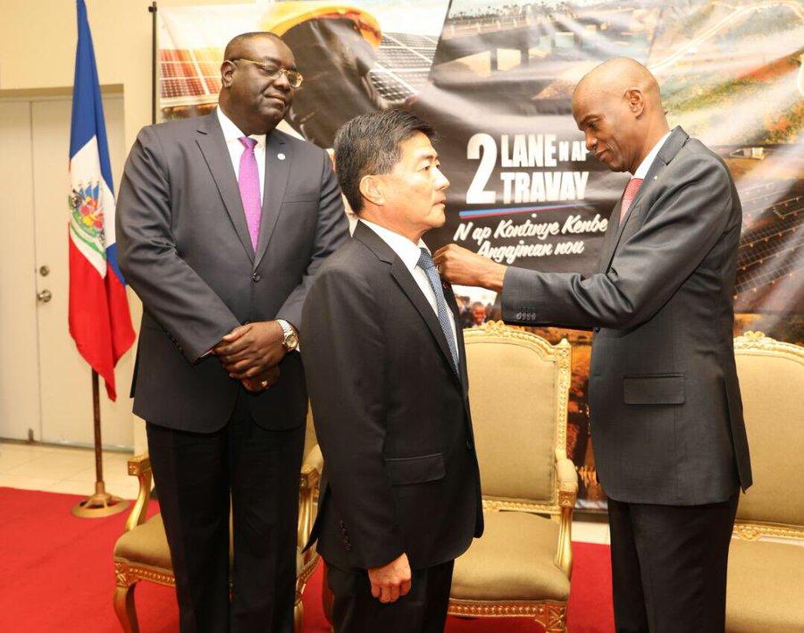L'ambassadeur du Taïwan accrédité en Haïti, Hu Cheng Hao, reçu par le président Jovenel Moïse/ Photo: Twitter du président
