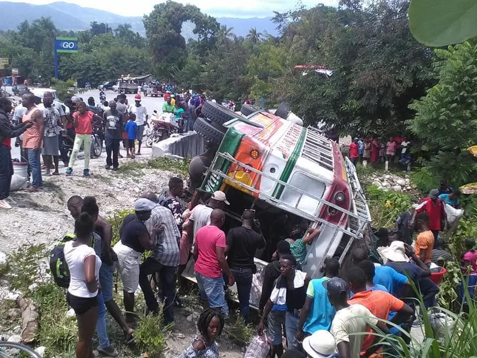 Cette photo illustre un accident de circulation survenu sur la route nationale #7, à Carrefour Bouette . Au moins une dizaine de blessés enregistrés.