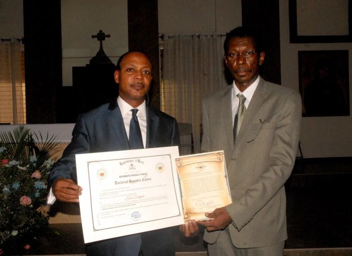 Joel Lorquet, à gauche, élevé au rang de Docteur Honoris Causa le recteur de l'Université Royale d'Haiti, Dr Jean-Pierre Rodrigue./Photo: Facebook-Folonha.