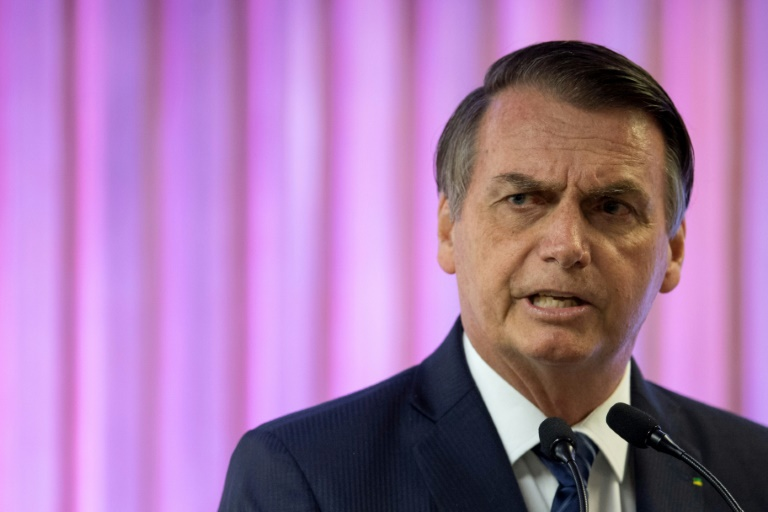 """Le président brésilien Jair Bolsonaro, sous forte pression internationale, """"penchait"""" vendredi pour l'envoi de l'armée en Amazonie"""