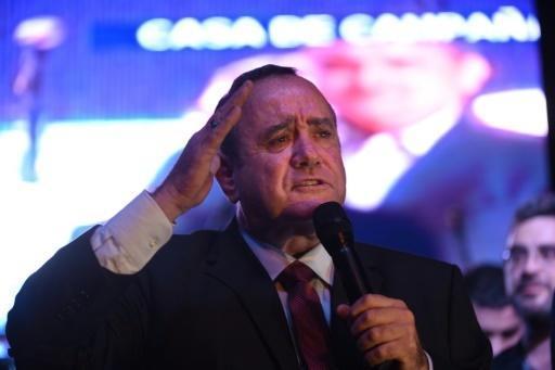 Le candidat de droite Alejandro Giammattei (c), élu président du Guatemala, s'exprime devant ses partisans, le 11 août 2019 à Guatemala