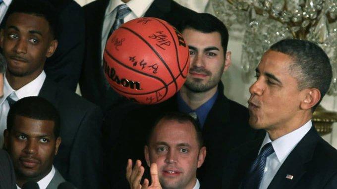 Barack Obama, alors président des Etats-Unis, joue avec un ballon de Basket le 4 mai 2012 à la Maison Blanche en recevant l'équipe de l'université du Kentucky  © GETTY IMAGES NORTH AMERICA/AFP
