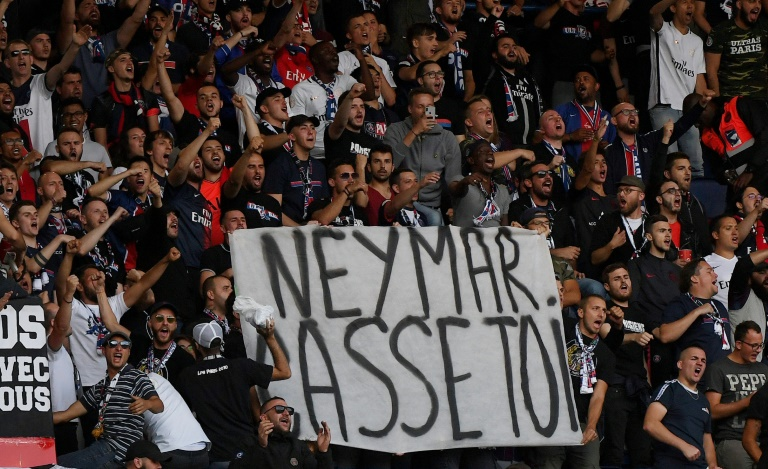 Banderole déployée par des supporters du PSG avant le match contre Nîmes le 11 août 2019 au Parc des Princes