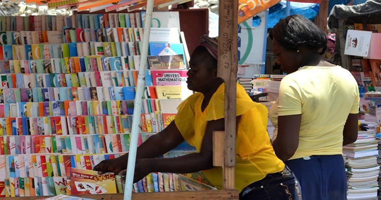 Des marchands vendent des livres au centre-ville de Port-au-Prince/ Crédit Photo : ACME Haïti