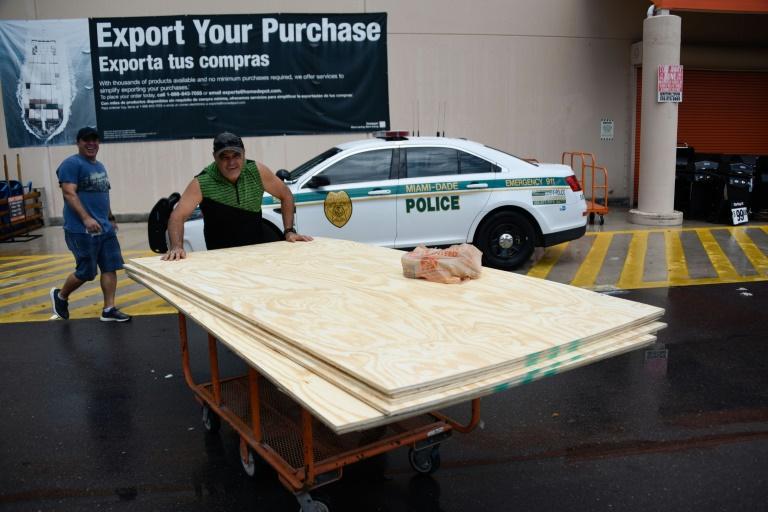 Des habitants achètent des protections contre l'ouragan dans un magasin de Miami, le 29 août 2019