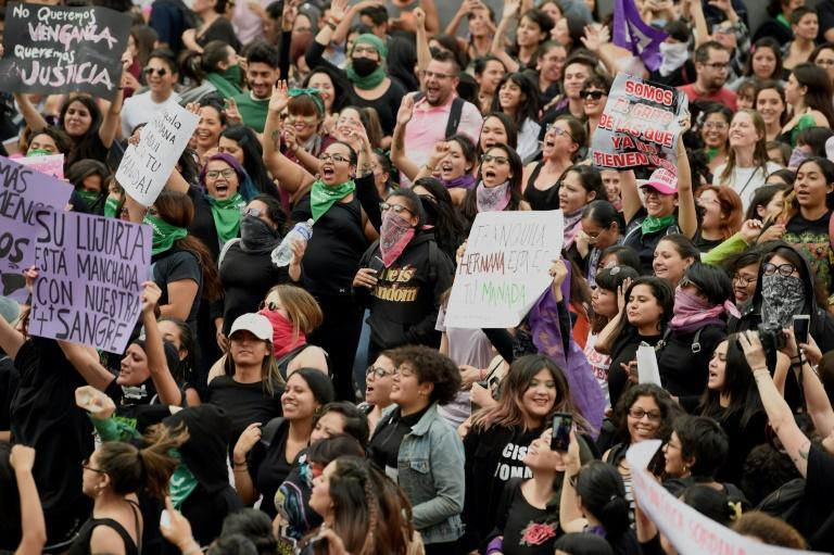 """Des femmes manifestent le 16 août 2019 au Mexique sous le slogan """"Ils ne me protègent pas, ils me violent"""", après le viol de deux jeunes femmes par des policiers à Mexico début août afp.com - Alfredo ESTRELLA"""