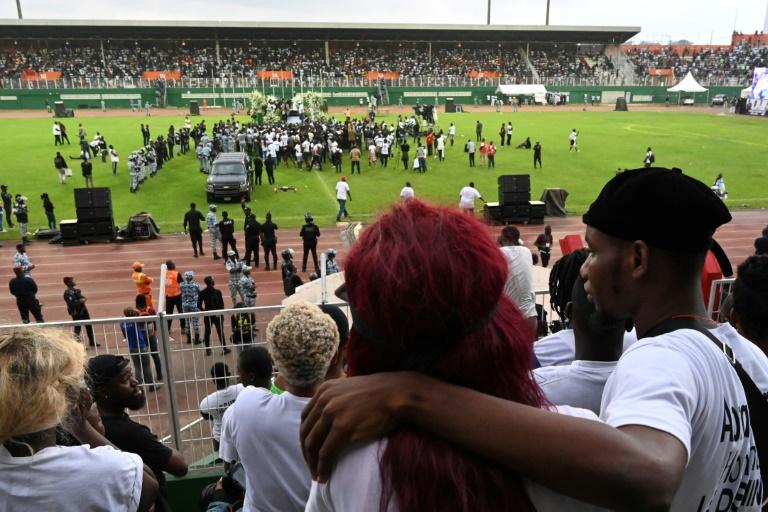 Des fans se recueillent pour les obsèques du chanteur ivoirien DJ Arafat au stade Félix Houphouet-Boigny d'Abidjan le 31 août 2019.