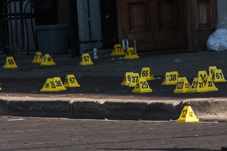 La police a disposé sur le trottoir de Dayton, dans l'Ohio, des cones jaunes à l'endroit où un tireur a fait 9 mort et 27 blessés le 4 août 2019 afp.com - Megan JELINGER