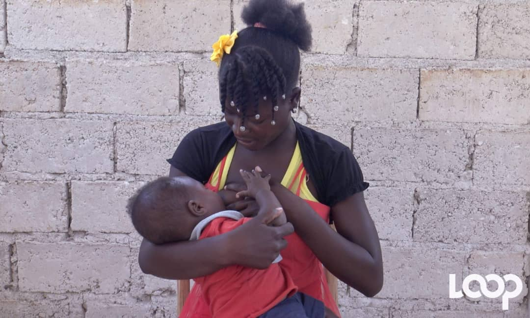 """A Démarré, cette jeune femme victime de la pratique """"Alantran"""" allaite son fils de dix mois/ Photo et vidéo : Steven Aristil"""