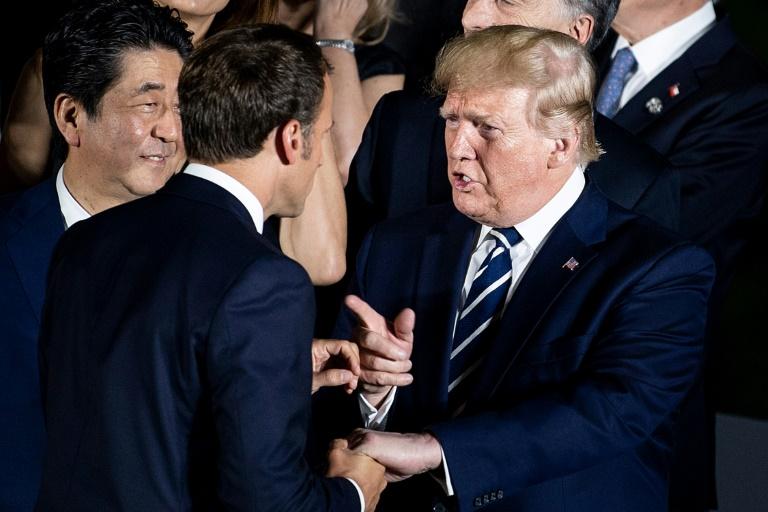 Le président français Emmanuel Macron (de dos) s'entretient avec son homologue américain Donald Trump (D), le 28 juin 2019 à Osaka, dans le sud du Japon, lors du sommet du G20