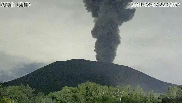 Capture d'écran de l'agence météorologique japonaise montrant le mont Asama en éruption, à 140 km à l'ouest de Tokyo, le 8 août 2019
