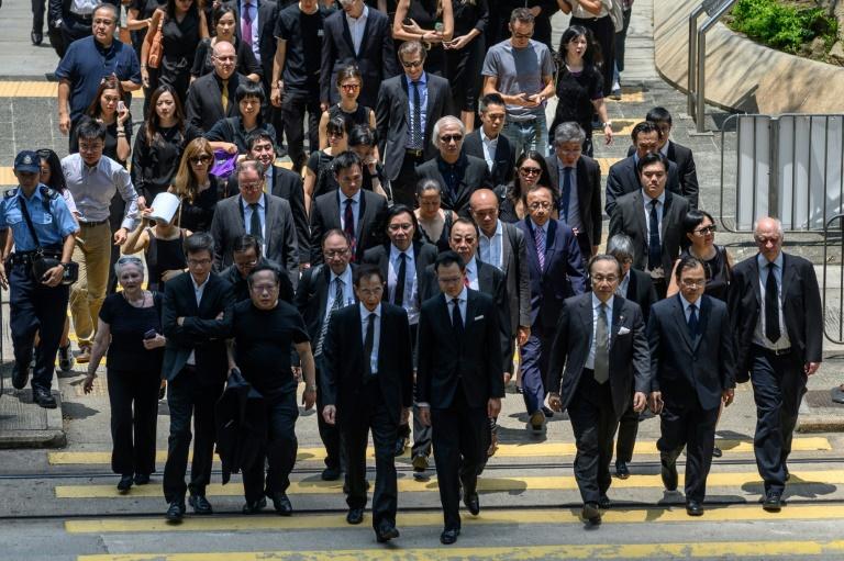 Des avocats marchent en silence pour soutenir les manifestants pro-démocratie, le 7 août 2019 à Hong Kong