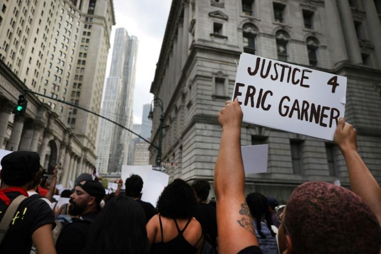 Des manifestants se réunissent pour marquer l'anniversaire de la mort d'Eric Garnet, le 17 juillet 2019, à New York afp.com - SPENCER PLATT