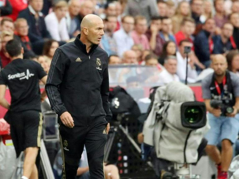 L'entraîneur du Real Madrid, Zinédine Zidane, avant le coup d'envoi du match amical sur le terrain de Salzsbourg, le 7 août 2019