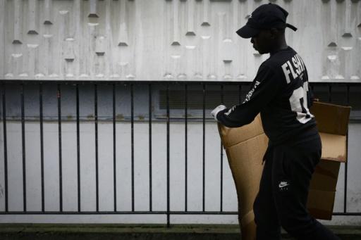 Un jeune résident participe au nettoyage de sa cité à Sartrouville, photo du 17 août 2019. afp.com - GEOFFROY VAN DER HASSELT