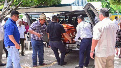 Des proches et des amis de Norma Sarabia, sixième journaliste tuée en 2019 au Mexique, portent son cercueil à Huimanguillo, dans le sud-est du Mexique, le 12 juin 2019 afp.com - Carlos PEREZ