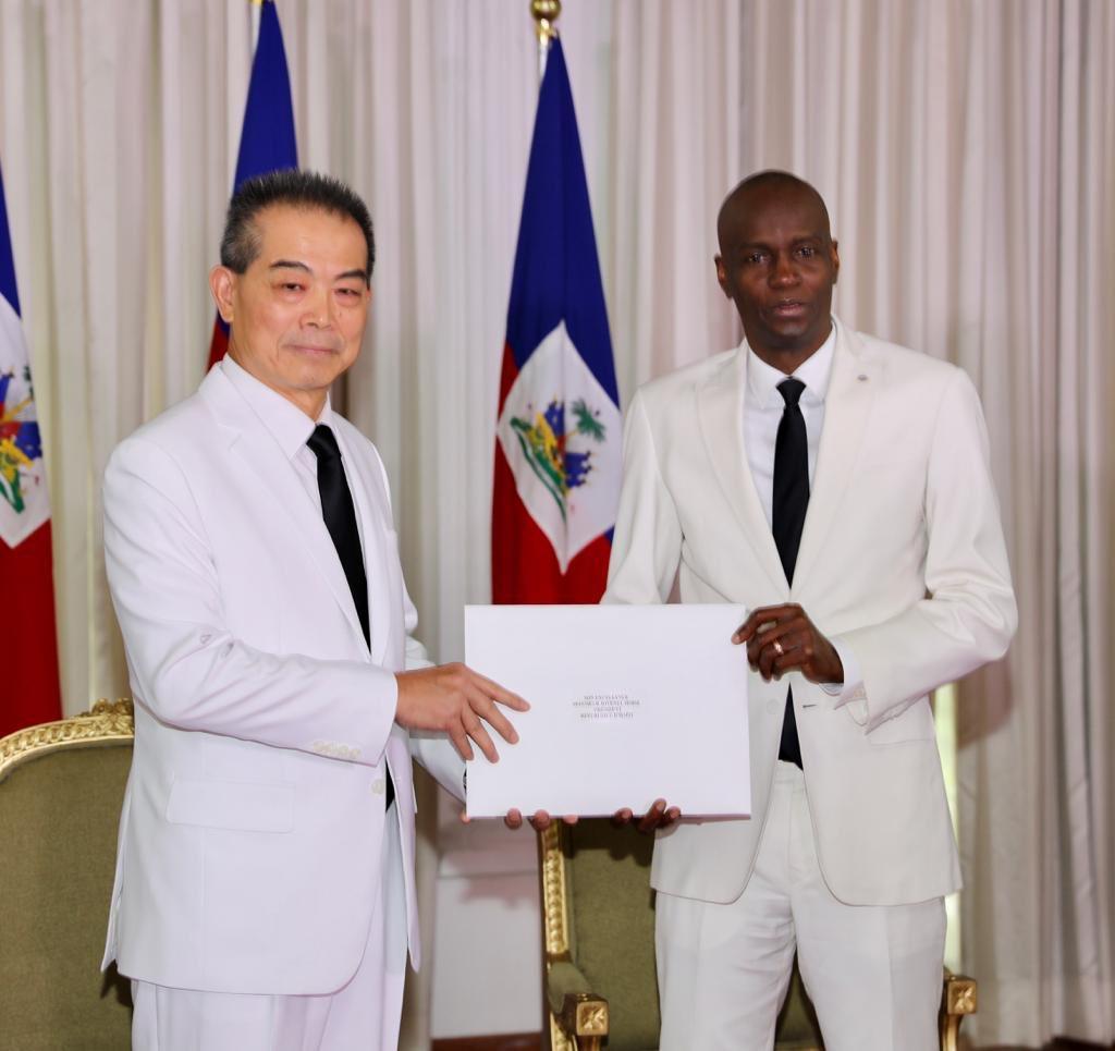 Le nouvel ambassadeur de Taiwan en Haiti, Liu Bang-ZYH et le président de la République Jovenel Moise./Photo: Compte twitter du président.