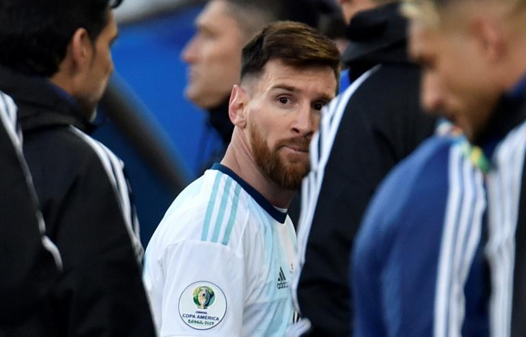 Lionel Messi, le capitaine de l'équipe d'Argentine, quitte le terrain après son expulsion lors du match pour la troisième place de la Copa America face au Chili, le 6 juillet 2019 à Sao Paulo