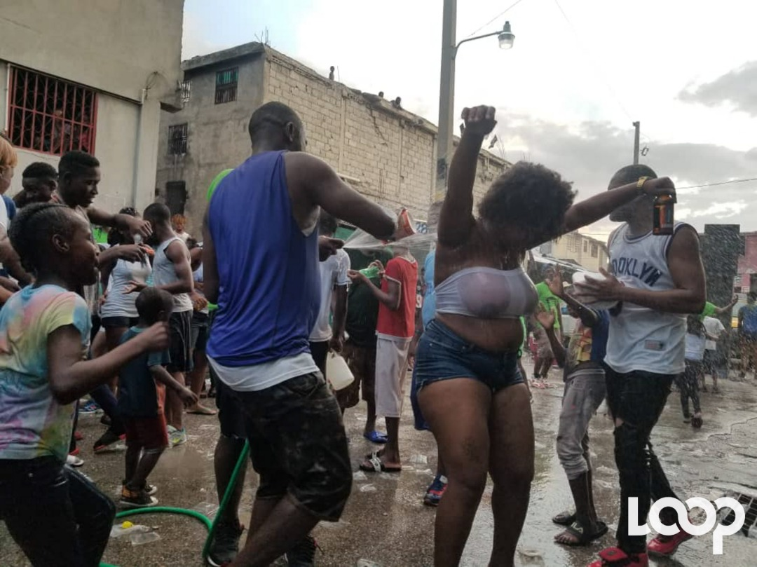 Car Wash Party à la rue d'Ennery/ Loop Haiti