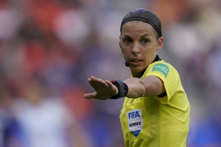 L'arbitre française Stéphanie Frappart lors du match de phase de groupes du Mondial féminin entre l'Argentine et le Japon, au Parc des Princes, le 10 juin 2019