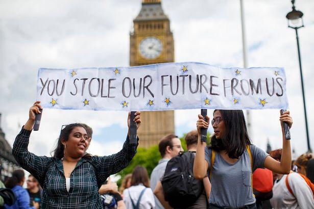 """Westminster, Londres, Royaume-Uni le 25 juin 2016: l'image de deux jeunes étudiantes lors d'une protestation contre le Brexit devant la Chambre du Parlement avec une affiche écrivant: """"Vous nous avez volé notre avenir.""""  Crédit photo : Sky News UK"""