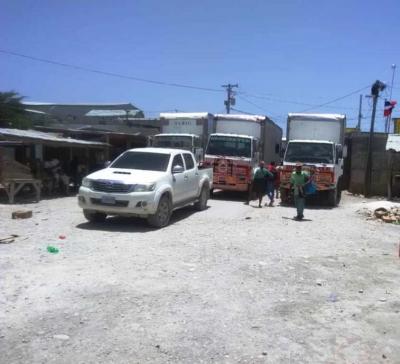 Les trois engins lourds garés devant la barrière principale du poste frontalier Malpasse-Jimani pour protester contre les autorités dominicaines./Photo: GARR.