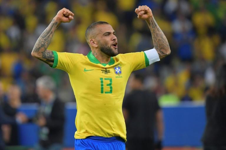 Le joueur brésilien Dani Alves célèbre la victoire du Brésil en Copa America à Rio de Janeiro, le 7 juillet 2019