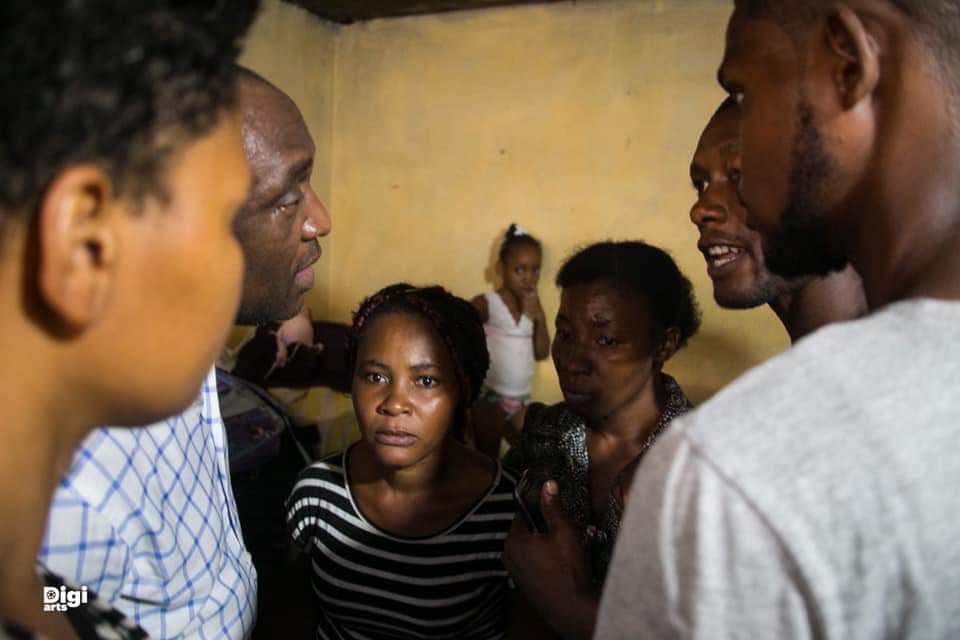Le sénateur Youri Latortue visite la famille de Fédé, tué le 16 septembre à Carrefour