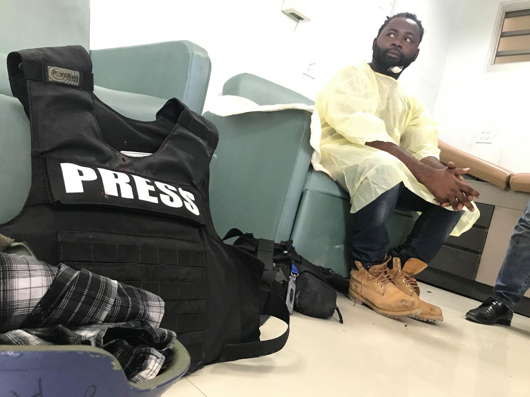 Le photojournaliste Dieu Nalio Chéry dans un hôpital de la capitale après l'incident survenu au parlement haïtien hier lundi./Photo: Source-EFE.