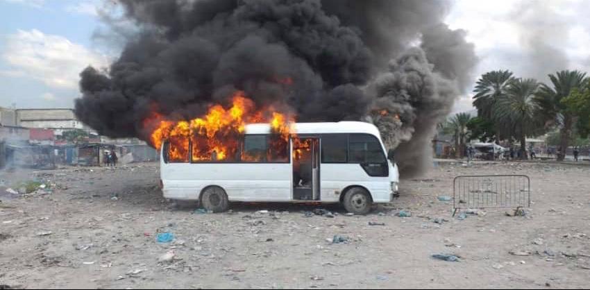 L'image de l'autobus du Corps d'Intervention au Maintien d'Ordre incendié ce mercredi 11 septembre par des manifestants