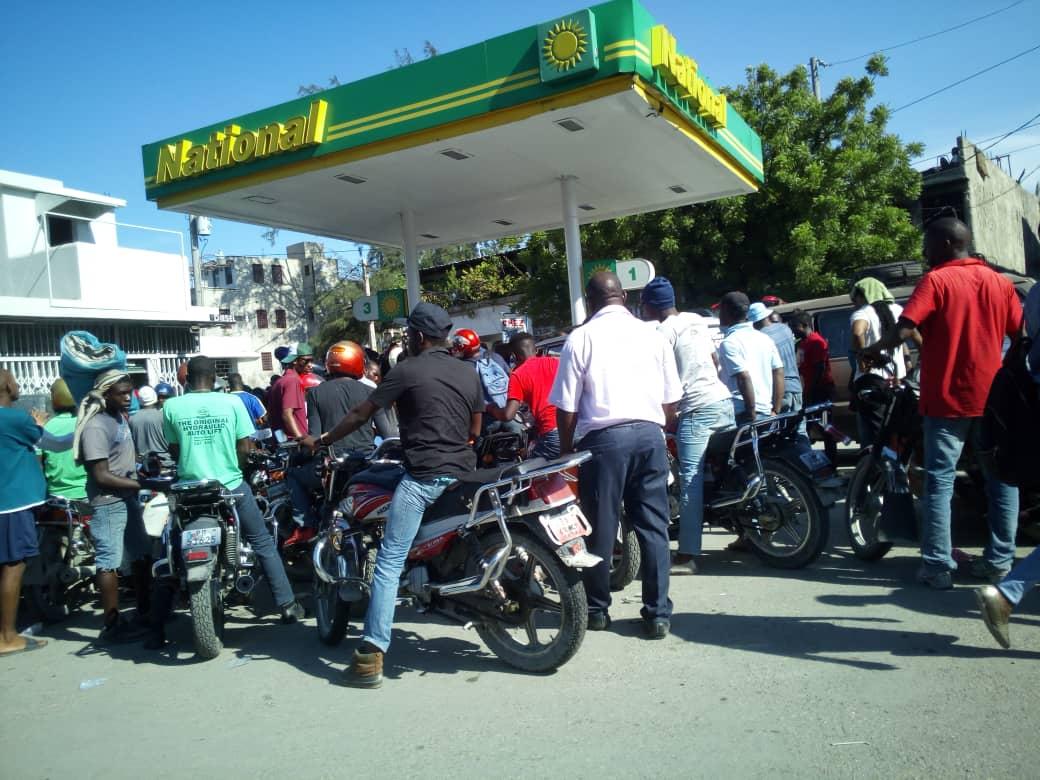 Les Haïtiens continuent de faire la queue devant les pompes à essence  Crédit Photo/Alexandre Michel