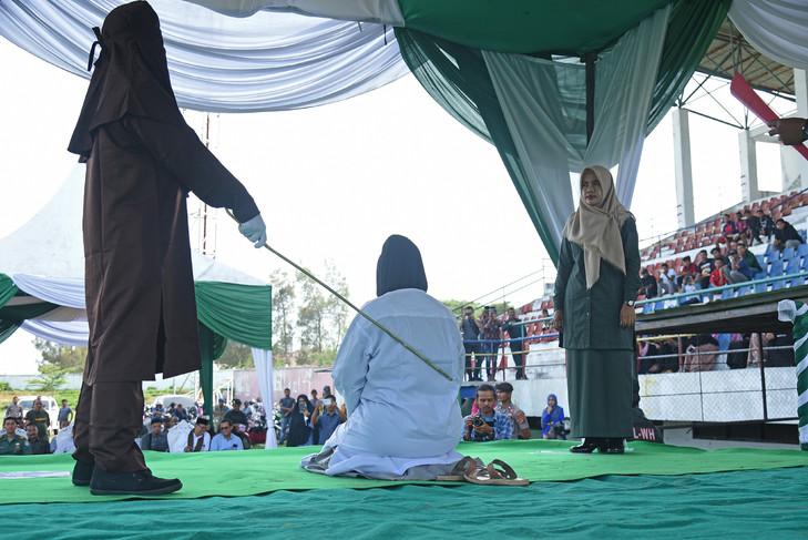 Une femme est battue dans le stade de Lhokseumawe, en Indonésie, le 20 septembre 2019, pour avoir montré des signes d'affection en public en violation de la loi islamique afp.com - STR