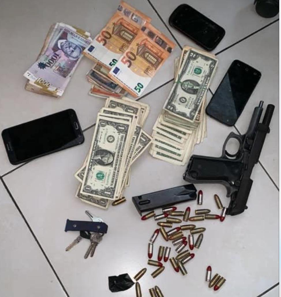 Les policiers ont trouvé sur les lieux plusieurs matériels compromettant, notamment une arme à feu et des munitions, des téléphones dont les données d'appel lieraient le suspect avec d'autres gangs de la capitale/ Facebook-PNH