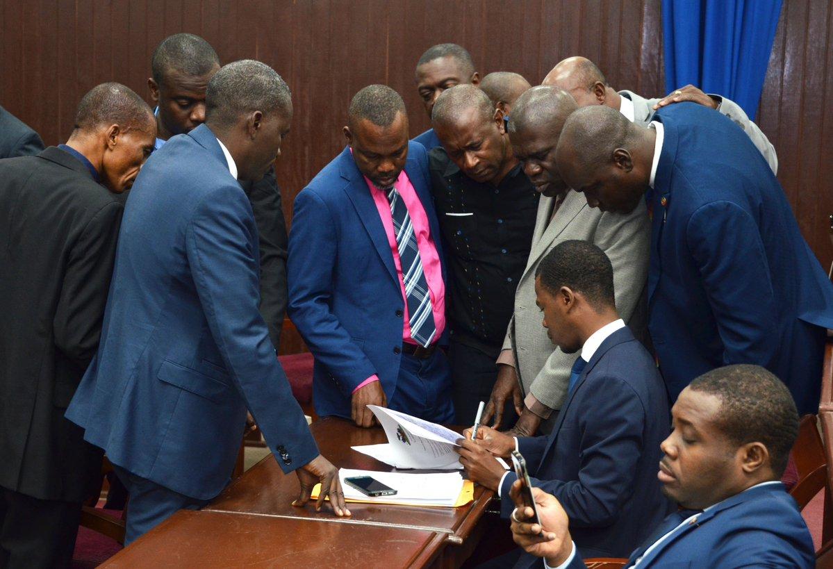 Sur cette photo, des députés proches du pouvoir
