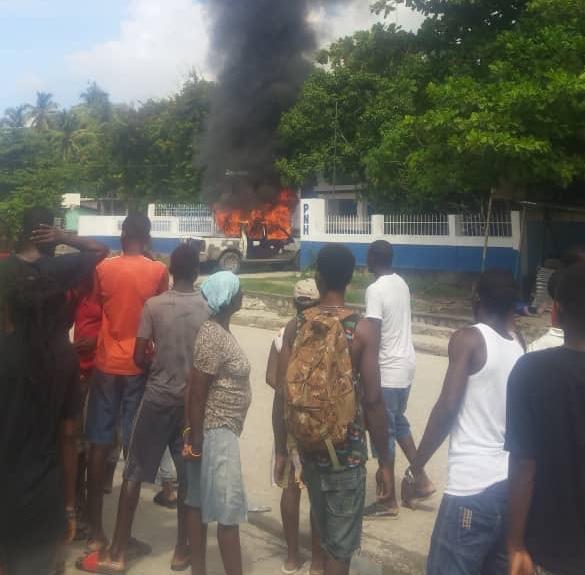 Le véhicule de patrouille de la PNH en feu au local du commissariat de Marigot sous tensions ce lundi matin, les policiers en cavale selon notre source.