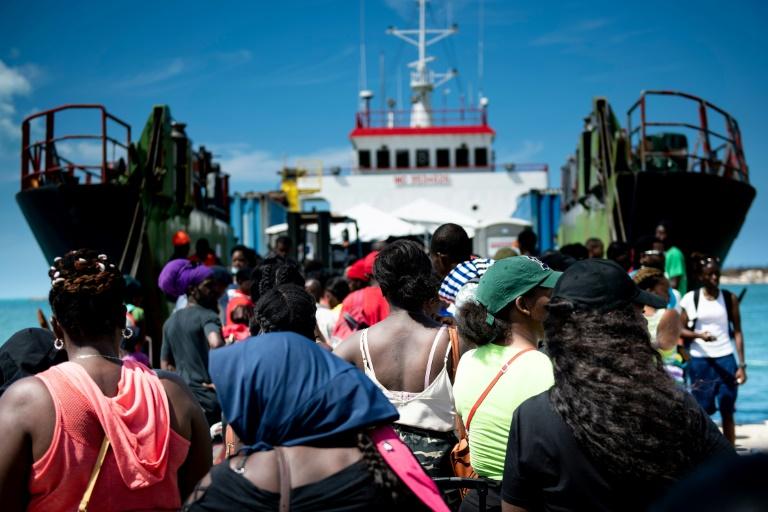 Des victimes de l'ouragan Dorian embarquent sur un ferry à destination de Nassau