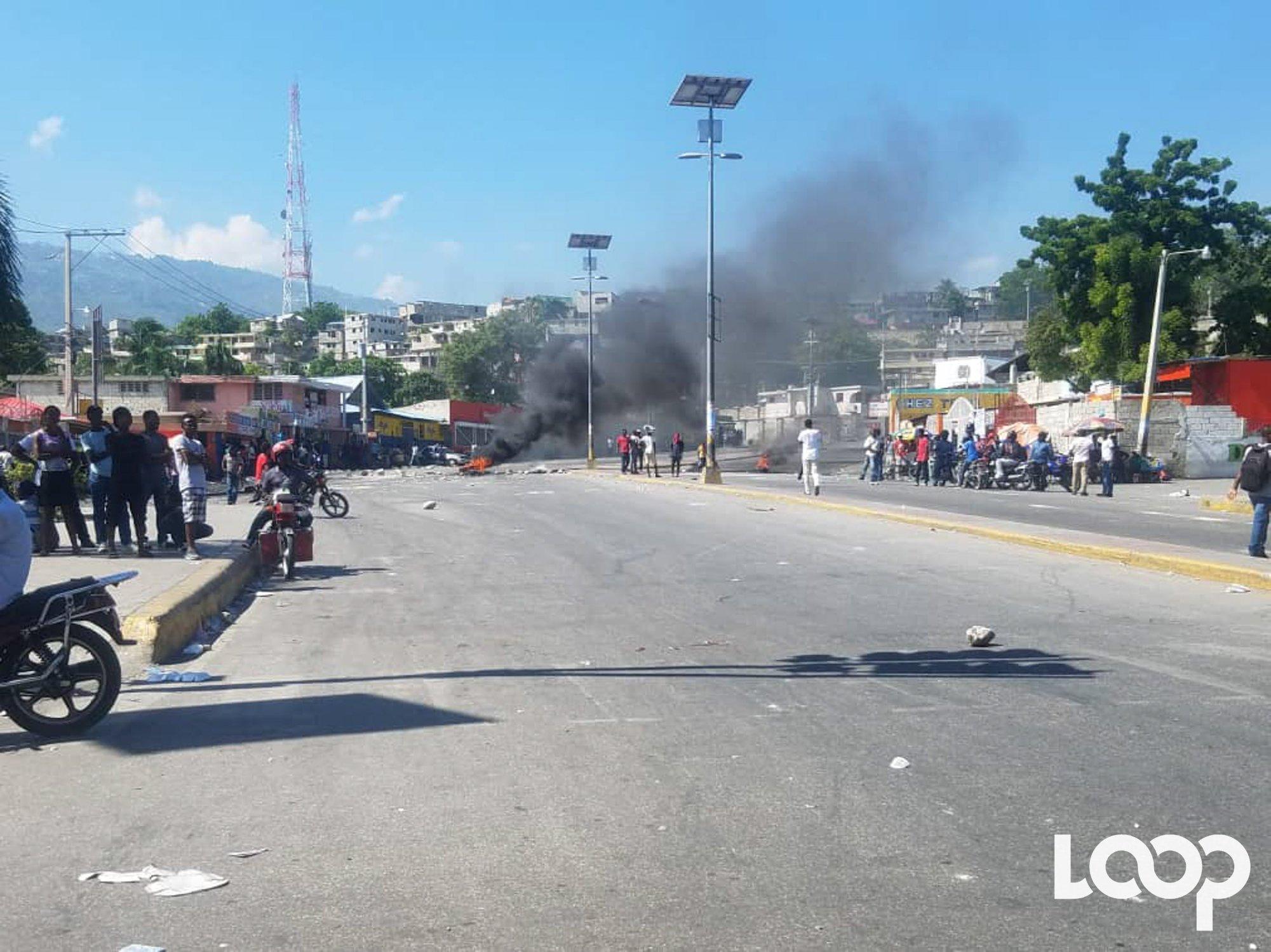 Carrefour de l'aéroport , point de rassemblement pour des militants politiques et des manifestants anti-Jovenel Moise./Loop Haiti-Luckenson Jean.