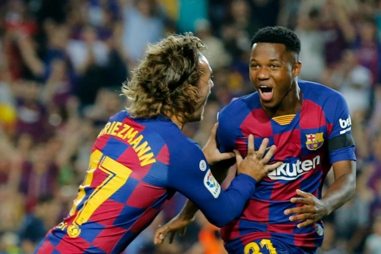 Ansu Fati (D) célèbre son but avec son coéquipier Antoine Griezmann lors du match FC Barcelone-Valence au Camp Nou de Barcelone le 14 septembre 2019.