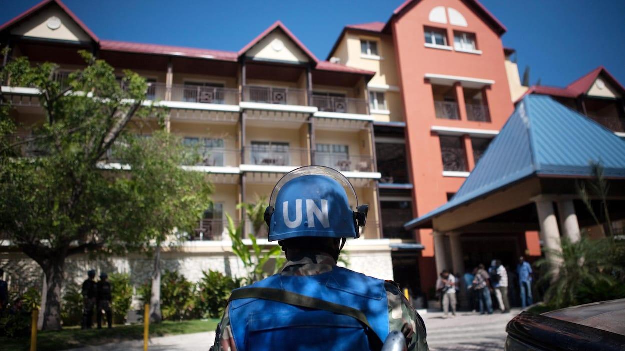 Des policiers canadiens déployés en Haïti auraient eu des inconduites sexuelles sans subir de conséquences une fois de retour au pays.  PHOTO : GETTY IMAGES / ALLISON SHELLEY