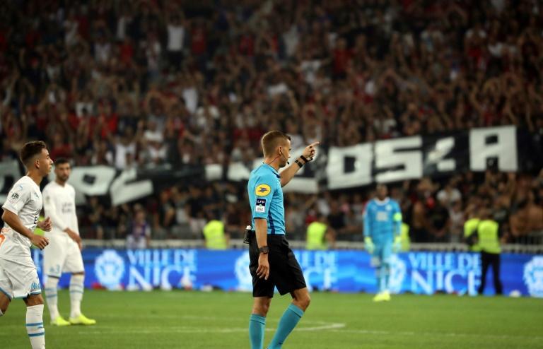 L'arbitre Clément Turpin interrompt momentanément le match Nice-Marseille pour cause de chants et banderoles jugés homophobes à l'Allianz Riviera, le28 août 2019