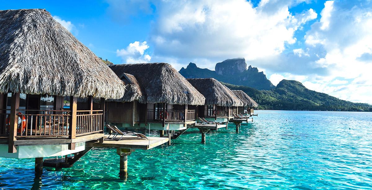 Une lignée de bungalows sur pilotis retrouvés sur l'une des îles paradisiaques de Tahiti./Photo: Funjet.com
