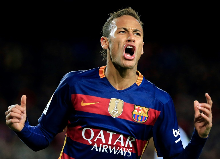 Neymar, portant alors le maillot du Barça, célèbre un de ses buts contre l'Espanyol Barcelone, le 6 janvier 2016 au Camp Nou