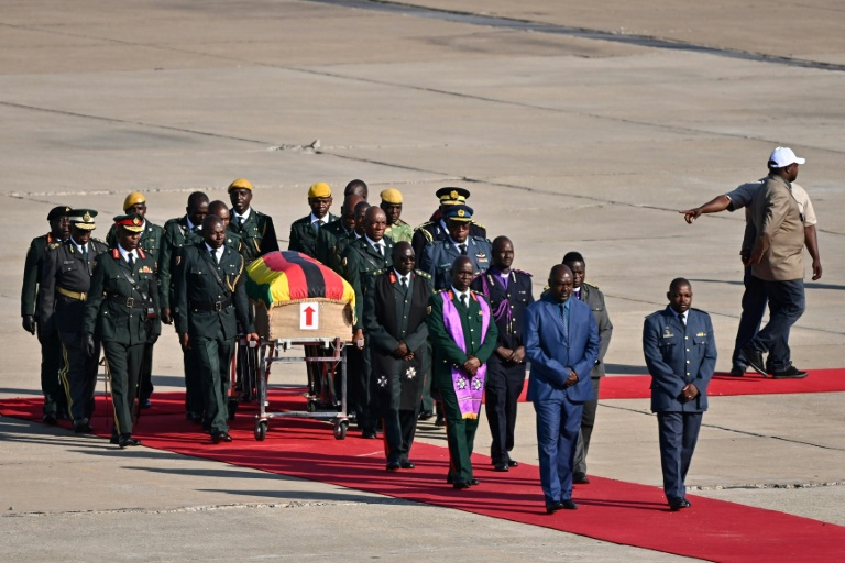 Arrivée en provenance de Singapour du cercueil de l'ex-président Robert Mugabe à l'aéroport d'Harare le 11 septembre 2019