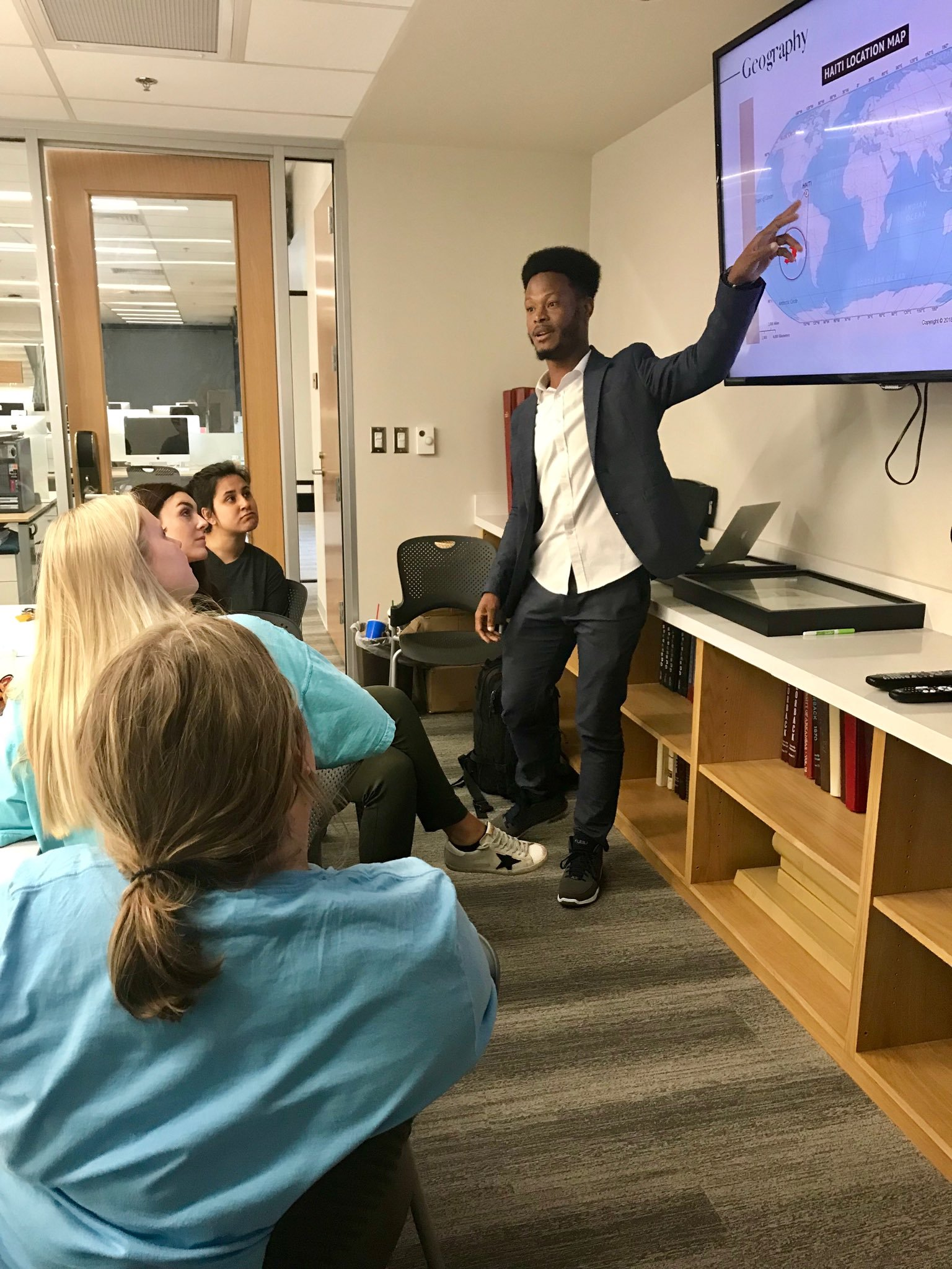 Obed Lamy en échange avec des étudiants américains dans une salle de classe à Arkansas aux États-Unis. Crédit Photo: Gina Shelton/Twitter